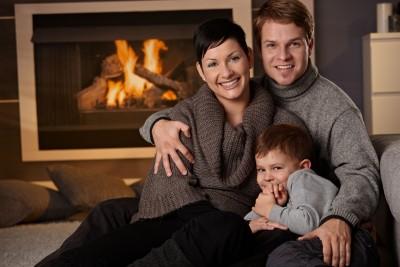 rodzina przy kominku
